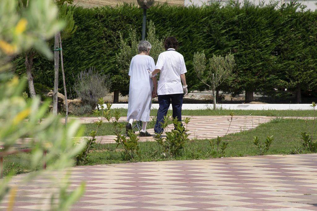 βόλτα ηλικιωμένης
